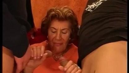 Бабуля пробует двойное проникновение со своим взрослым сыном и страстным внуком