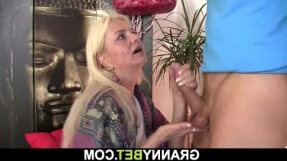 Бабушка нагадала любимому внуку секс и занялась с ним жестким инцестом