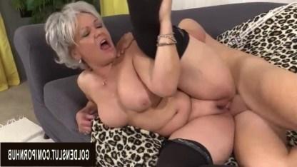 Бабушка пришла к внуку совсем голой и стала умолять его о жаркой ебле