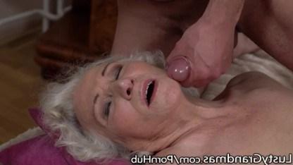 Бабушка сосет член внуку а потом трахается с ним как молодая