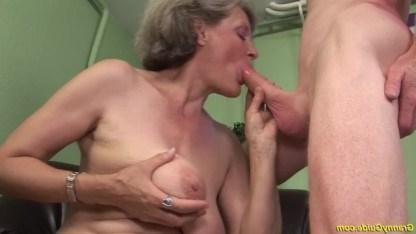 Бабушка занимается тем,что трахается со своим молодым и похотливым внуком