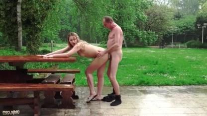 Дед ебал свою внучку на улице и она благотворно лизала его анус