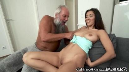 Дед прижался к молодому телу сексуальной внучки и натянул на хер ее бритую пизду
