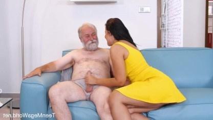 Дедушка дал внучке заценить свой хуй, а потом трахнул ее в промежность