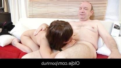 Папе нравится оставаться с дочкой наедине и трахать ее классную писечку