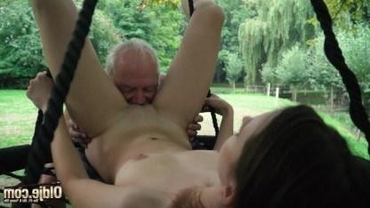 Похотливый дед веселится с молоденькой внучкой и долбит её вагину толстым хуем