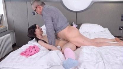 Похотливый отец отдыхает от своей жены занимаясь жестким инцестом с падчерицей