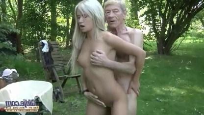 Внучка размяла кости старого деда, занявшись с ним сексом