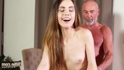Старый дед по ласкал киску молодой внучки, а затем получил от нее минет