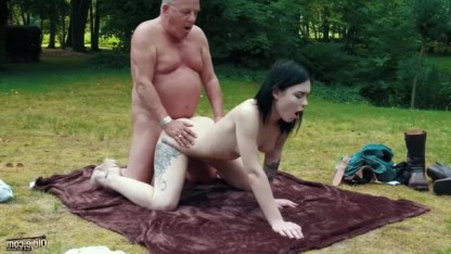Татуированная доченька помогла отцу расслабиться жарким сексом в лесу