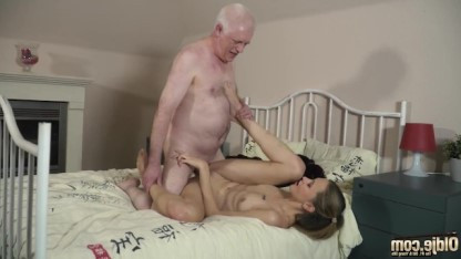 У дедушки порядок с эрекцией, поэтому он классно ебет красивую внучку