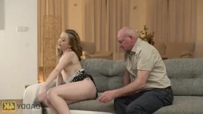 У дедушки все еще хорошо стоит, поэтому он трахает симпатичную внучку
