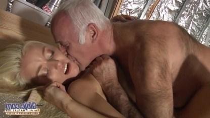 Внучка помогла дедушке распилить доски и занялась со стариком инцестом