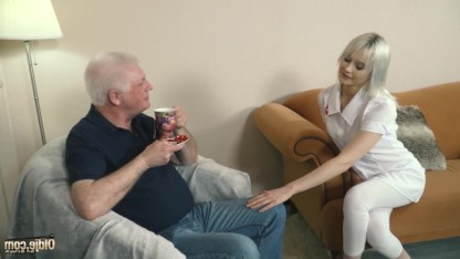 Внучка работает сиделкой для родного деда и утешает его в старости еблей