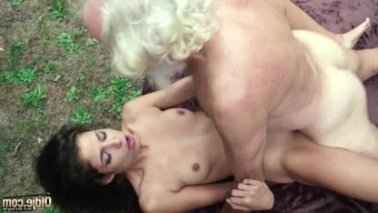 Внучка разыграла деда и заставила его раздеться на улице, за что получила секс