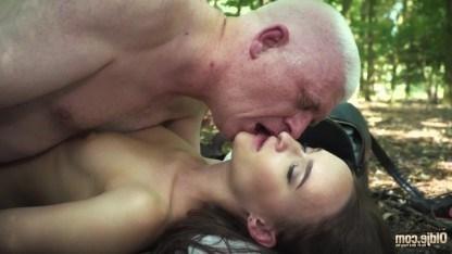 Внучка устроила с дедом прогулку по лесу и уселась на его горячий пенис