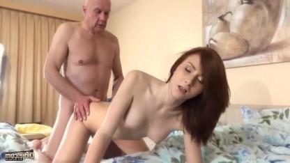 Внучка узнала, что у ее деда выходной и решила трахнуться со стариком