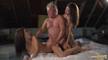 Внучки отрезвляют старого деда выводя из него алкоголь групповым сексом