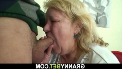 Внук сводил бабушку в фастфуд, а потом привел домой и с удовольствием трахнул