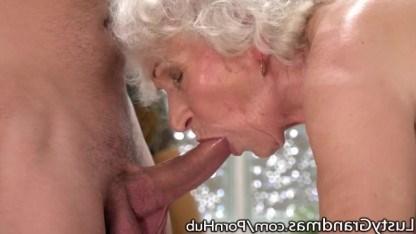 Заботливый внук сделал бабушке массаж, а потом выебал ее волосатую пизду