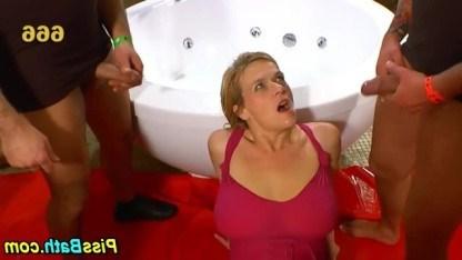 Зрелую даму ебут и поливают золотым дождем сразу несколько извращенных мужиков